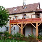Terrasse en bois devant porte d entrée