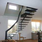 Porte coulissante devant escalier